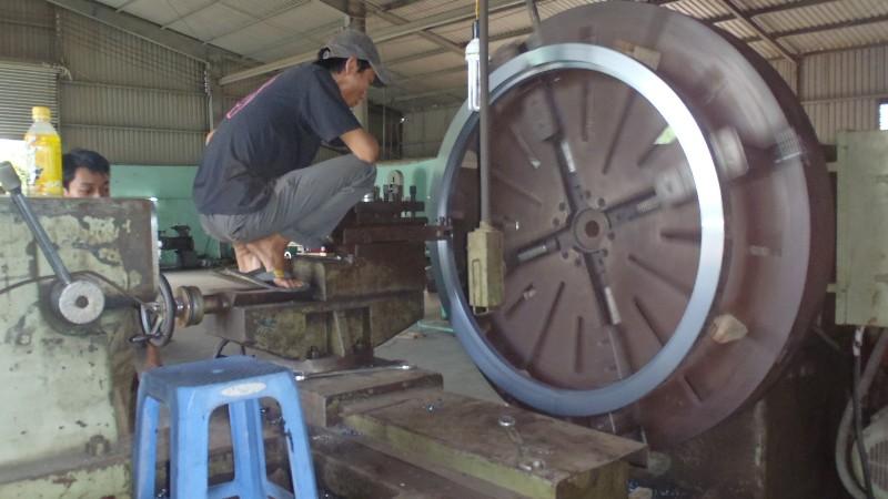 Gia công mặt bích 1.6m trên máy tiện đầu voi